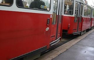 Viyana'da tramvayın çarptığı çocuk hayatını...