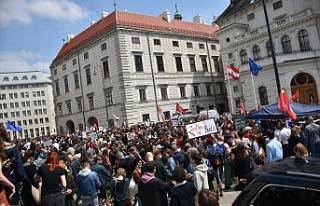 """Viyana'da Başbakanlık Ofisi önünde """"erken..."""