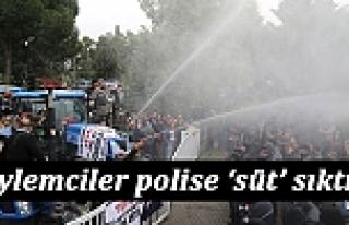 Eylemciler, Polise Süt Sıktı