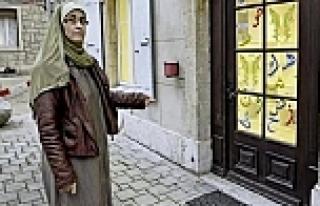 Müslüman okuluna domuz kulağı bağlandı
