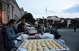 Avusturyalı aktivistlerden sığınmacılara iftar yemeği