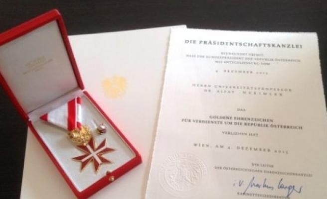 Avusturya'dan Türk profesöre 'Altın Üstün Hizmet Nişanı'