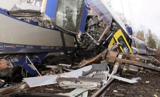 Almanya'da iki tren çarpıştı: 9 ölü