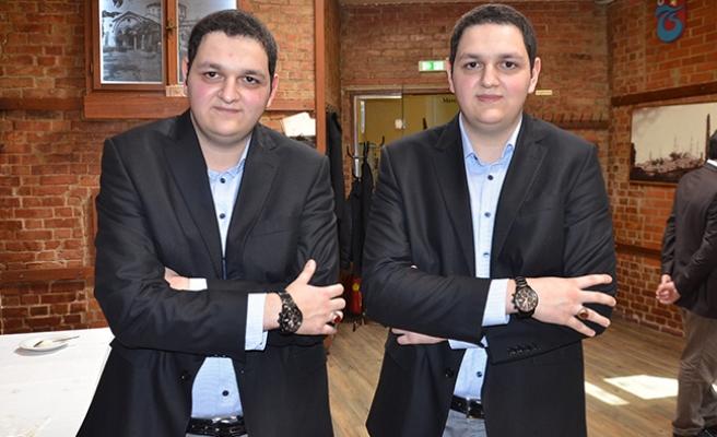 Avusturya'da yaşayan Asım ve Abdullah kardeşlerin elbiseleri de ikiz