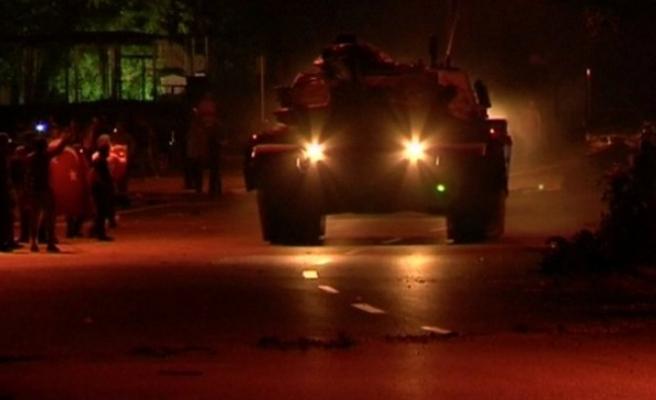 Kartal'da halk, tankların kışladan çıkmasına izin vermiyor