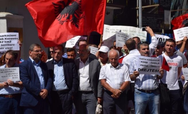 Kosova sınır anlaşmasına Arnavutluk'ta protesto