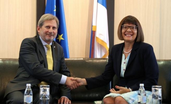AB Komiseri Hahn Sırbistan'da