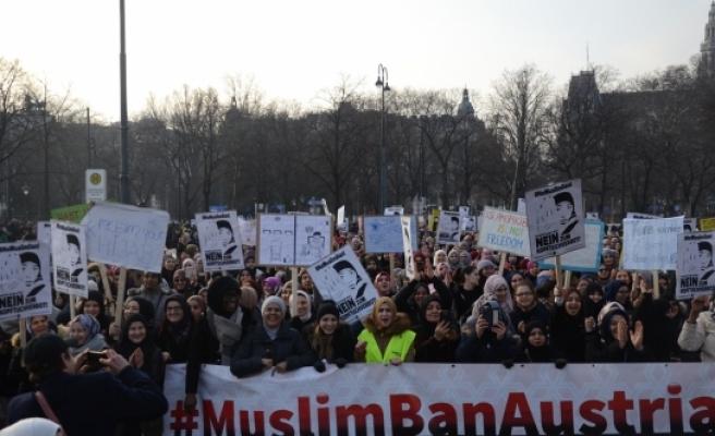 'Başörtüme Dokunma' protestosu