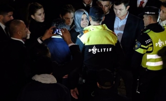 Hollanda'da kriz devam ediyor: Bakan Kaya kendini araca kilitledi