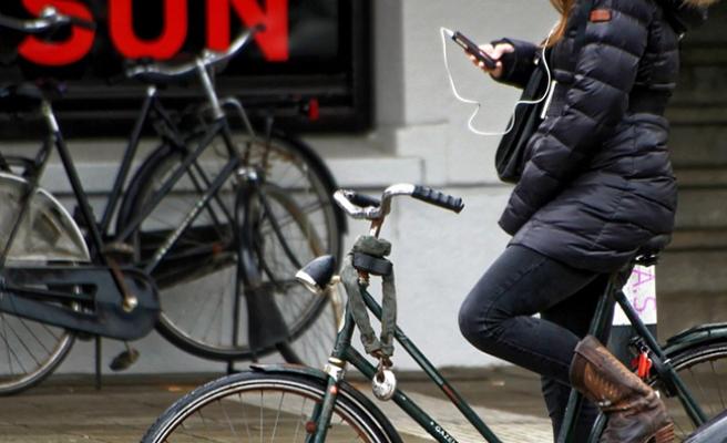 Viyana'da bisiklet sürerken telefon kullanan sürücü gözaltına alındı