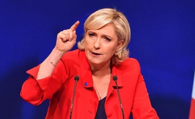Le Pen o bayrağı kaldırttı