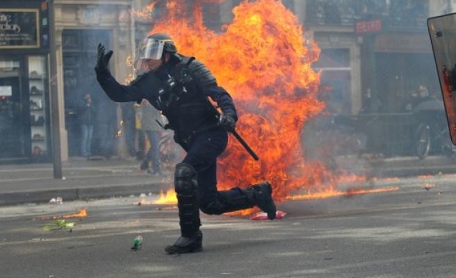 Fransa'daki 1 Mayıs gösterilerinde 6 polis yaralandı