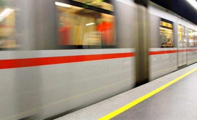 Viyana'da küçük çocuk metrodan inerken boşluğa düştü