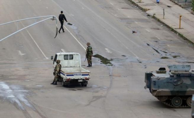 Zimbabve'yi 37 yıldır yöneten Mugabe askeri müdahaleyle devrildi
