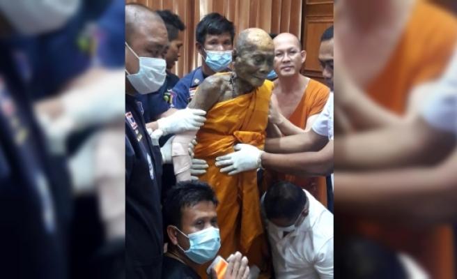 3 ay önce ölen Budist rahibi tabutundan çıkardılar!