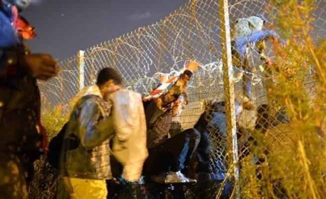 """Avusturya'da mülteciler için """"On Emir"""""""