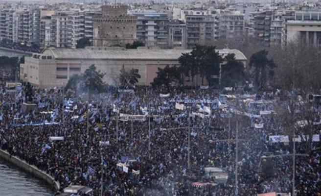İsim gerilimi tırmanıyor: 10 binler sokağa indi!