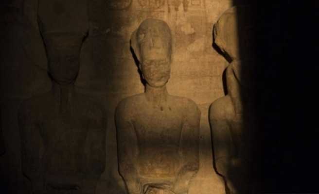 Binlerce kişi Firavun II. Ramses heykeline güneşin vurmasını bekledi
