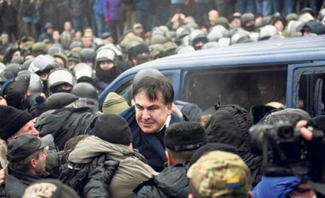 Eski Cumhurbaşkanı'nı maskeli kişiler kaçırdı