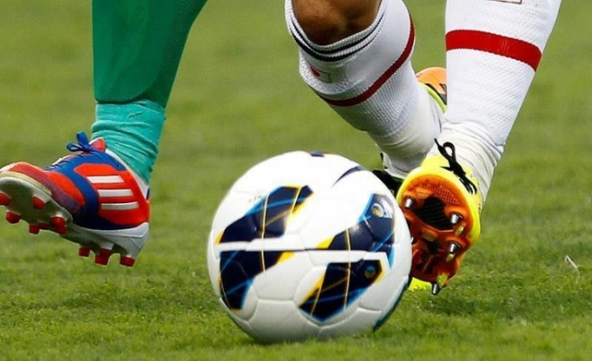 Futbolcular tartışmalı gol kararı yüzünden hakemi dövdü