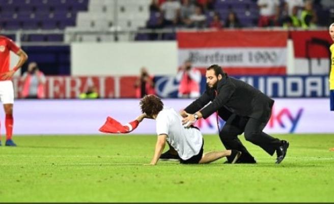 Avusturya - İsveç maçında Türk bayrağıyla sahaya girdi