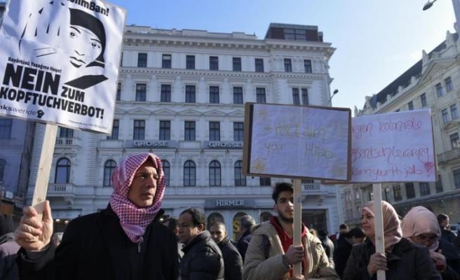 Avusturyalılardan başörtüsü yasağı tartışmalarına tepki