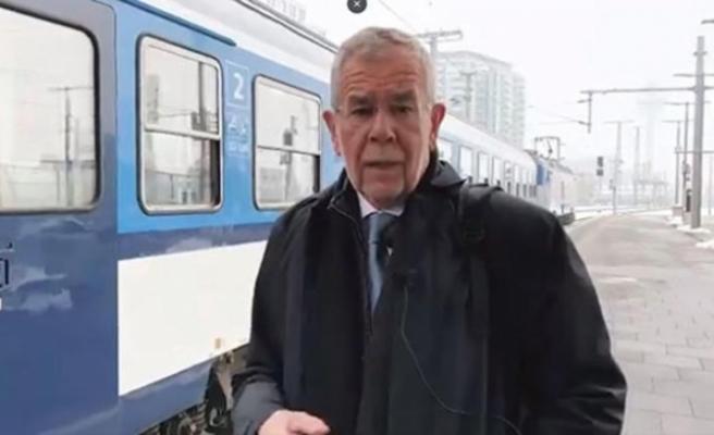 Van der Bellen makam aracını bırakıp trenle gitti
