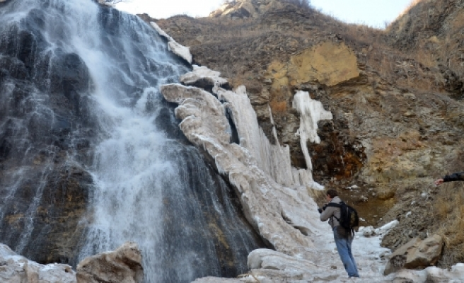 Buzu çözülen şelale, fotoğrafçıların uğrak yeri oldu''