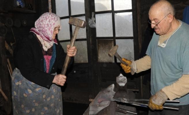 ''Kocası ile 55 yıldır demir dövüyor''