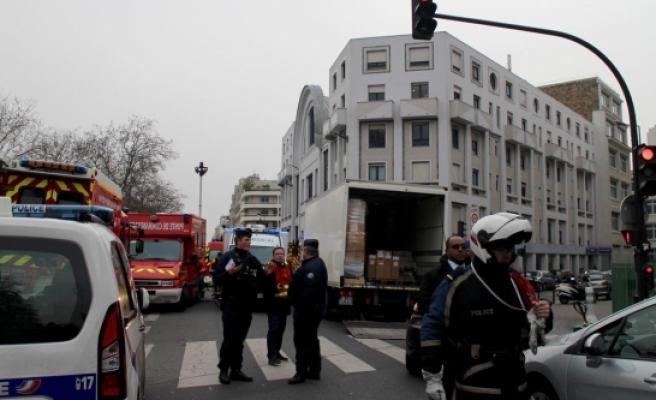 Paris'te Saldırı Düzenleyen 2 Teröristin İzi Bulundu
