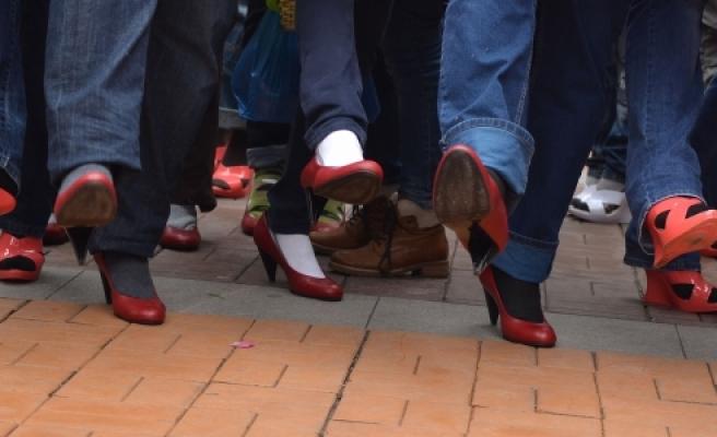 ''Topuklu ayakkabı giyen erkekler yarış yaptı''