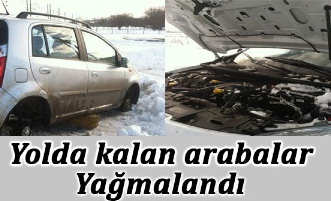 Yolda kalan araçlar yağmalandı