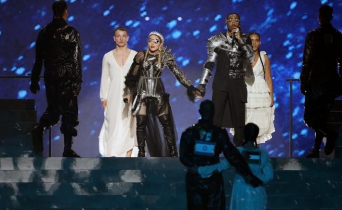 Madonna, İsrail'deki Eurovision finaline Filistin bayrağıyla damga vurdu