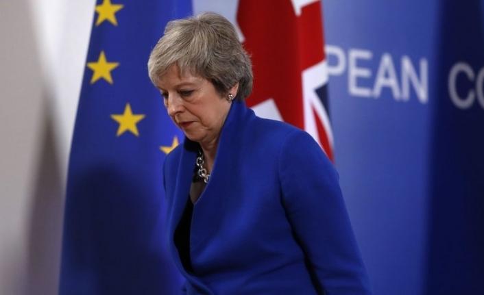 İngiltere'de tarihi oylama ertelendi!