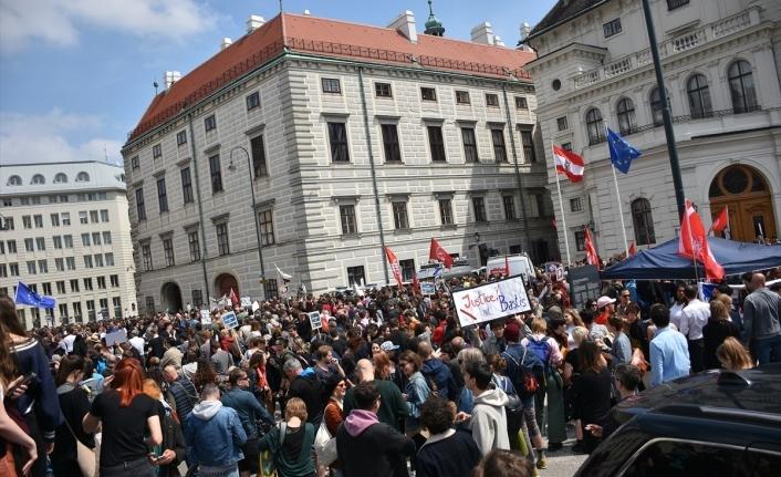 """Viyana'da Başbakanlık Ofisi önünde """"erken seçim"""" protestosu"""