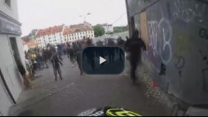 Bisikletçi bütün engelleri aştı, göçmen karşıtlarına takıldı