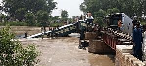 Üzerinden tren geçen köprü çöktü: 12 ölü